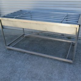 Cleaners bench with drainage basin and grate